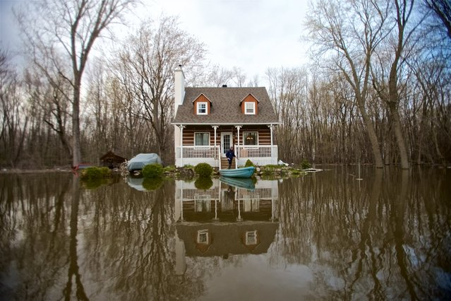 A house is surrounded by floodwaters in Pointe-Calumet, Quebec, on  May 8. 2017. According to reports, floodwaters, resulting from heavy rains in the previous days, created more than 1,500 evacuees and affected some 2,500 homes and 427 roads, prompting the states of emergency across the province. Some 1,650 soldiers have been deployed to help flood-hit communities. (Photo by Valerie Blum/EPA)