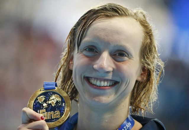 Katie Ledecky of the U.S. poses with her gold medal after the women's 1500m freestyle final at the Aquatics World Championships in Kazan, Russia, August 4, 2015. (Photo by Hannibal Hanschke/Reuters)