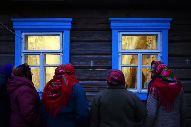 Belarusian villagers celebrate the Christmas carol rite (Kalyady) in the village of Danilevichy, some 320 km south of Minsk on January 7, 2020. Kalyady is an ancient pagan holiday originally celebrated on winter solstice. Dressed-up people walk from house to house singing, dancing, eating and drinking with their neighbours. (Photo by Sergei Gapon/AFP Photo)