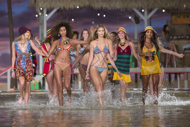 Models walk through water at the conclusion of the Tommy Hilfiger Spring/Summer 2016 collection presentation during New York Fashion Week in  New York, September 14, 2015. (Photo by Andrew Kelly/Reuters)