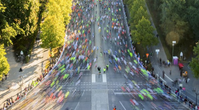 Runners compete at the start of the 42nd Berlin marathon, in Berlin, Germany September 27, 2015. (Photo by Hannibal Hanschke/Reuters)