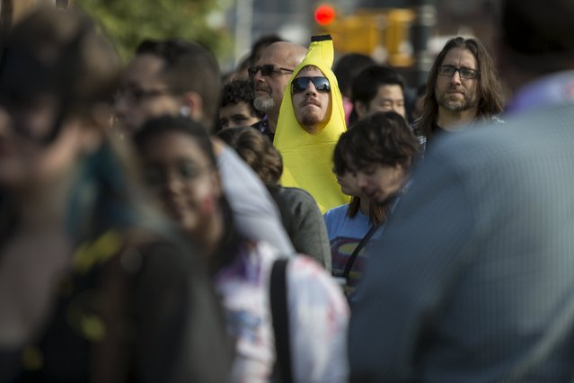 A man in a banana costume stands amongst attendees as they arrive for the New York Comic Con in Manhattan, New York, October 8, 2015. (Photo by Andrew Kelly/Reuters)