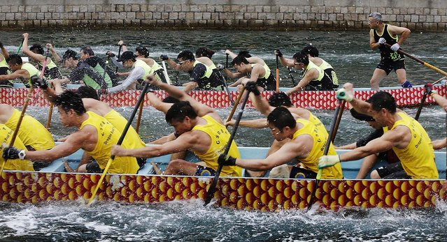 Competitors paddle hard during a race in Hong Kong.  (Photo by Jessica Hromas/Getty Images)