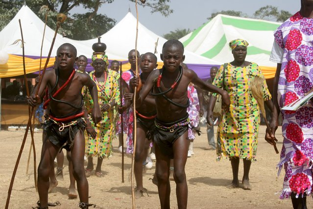 Dancers from Agban cultural troupe from Kagoro are seen during the new year cultural parade in Kaduna, Nigeria January 1, 2016. (Photo by Reuters/Stringer)