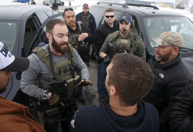 FBI agents at the Burns Municipal Airport meet with members of the Pacific Patriots Network, who are attempting to resolve the occupation at the Malheur National Wildlife Refuge, near Burns, Oregon, January 9, 2016. (Photo by Jim Urquhart/Reuters)