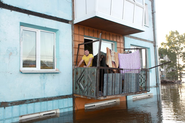 An apartment block in the flooded town of Tulun on June 30, 2019. Heavy rains have caused floods in Russia's Irkutsk Region. A state of emergency has been declared in the area. (Photo by Kirill Shipitsin/TASS)