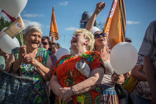 "About 500 people  gathered in Donetsk's Lenin Square May 24,2014, to denounce Sunday's vote as an illegal exercise by the ""junta"" that took power in Kiev. (Photo by Evelyn Hockstein/The Washington Post)"