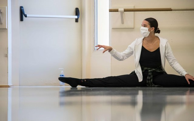 A dancer of the Ballet du Rhin wears a protective face mask during a training session in Mulhouse, eastern France, on May 19, 2020. The dancers of the Ballet de l'Opéra national du Rhin are among the first in France to have resumed training, under very strict conditions, forcing them to coordinate breath and mask. (Photo by Sebastien Bozon/AFP Photo)