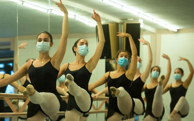 Dancers wear face masks during a ballet class at the Estudio 84 academy in the Spanish Basque city of San Sebastian on June 25, 2020, amid the new coronavirus pandemic. (Photo by Ander Gillenea/AFP Photo)