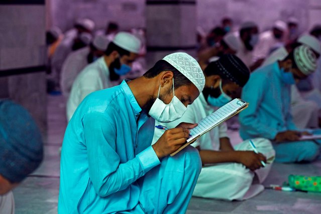 Islamic religious students wearing facemasks as a preventive measure against the spread of the COVID-19 coronavirus, attend their final examination at the Jamia Muhammadia seminary in Islamabad on July 13, 2020. (Photo by Aamir Qureshi/AFP Photo)