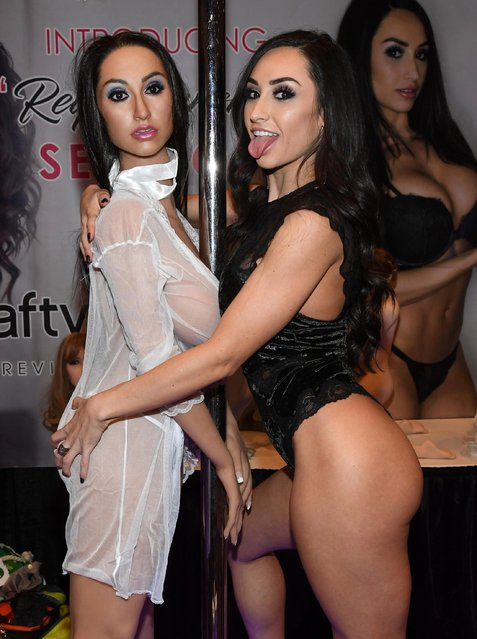 Webcam model and feature dancer Reya Sunshine (R) poses with a new s*x doll in her likeness by Crafty Fantasy at the 2018 AVN Adult Entertainment Expo at the Hard Rock Hotel & Casino on January 24, 2018 in Las Vegas, Nevada. (Photo by Ethan Miller/Getty Images)