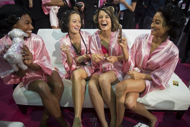 Models sit on a sofa backstage before the Victoria's Secret Fashion Show in the Manhattan borough of New York November 10, 2015. (Photo by Carlo Allegri/Reuters)