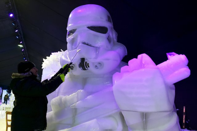 Russia's Vadim Gryadov carves Star Wars character Stormtrooper for the ice sculpture festival in Liege, Belgium, November 13, 2015. (Photo by Eric Vidal/Reuters)
