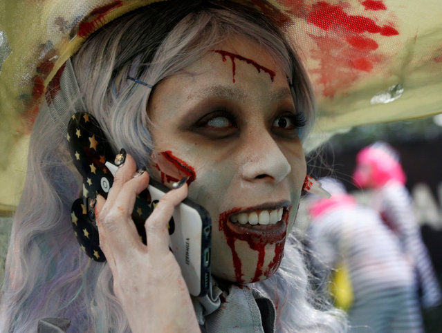 A participant in costume uses a mobile phone after a Halloween parade in Kawasaki, south of Tokyo, Japan October 30, 2016. (Photo by Kim Kyung-Hoon/Reuters)