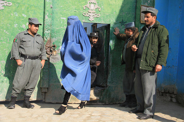 Afghan prisoners leave jail following their release by the orders of Afghan President Ashraf Ghani, in Jalalabad, Afghanistan, 15 January 2015. Afghan President ordered some 27 prisoners including 9 women with less than a year to serve to be released in honor of Prophet Muhammad's birthday. (Photo by Ghulamullah Habibi/EPA)