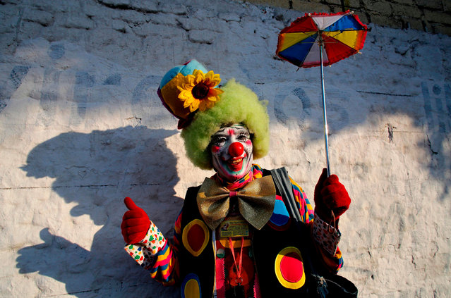 A clown poses for a photography during the International Clown Day in Guadalajara, Mexico, on December 10, 2018. (Photo by Ulises Ruiz/AFP Photo)