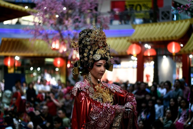 A performer dressed as Empress Huang of the China's Forbidden City takes part in a musical performance at a shopping mall in Kuala Lumpur on January 22, 2017 as part of the upcoming Lunar New Year celebrations marking the Year of the Rooster. (Photo by Manan Vatsyayana/AFP Photo)