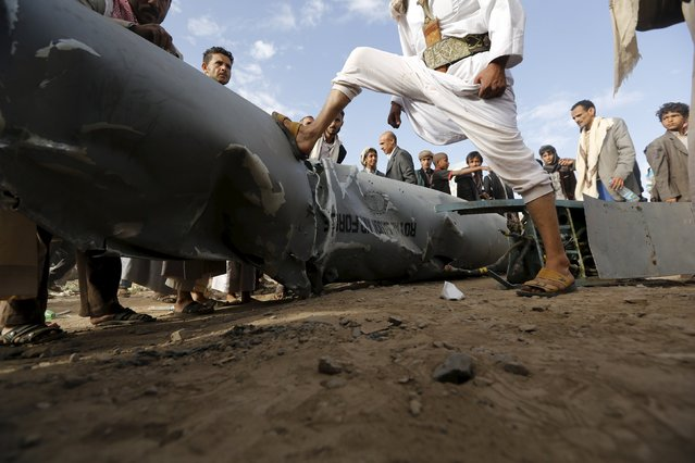 People stand by part of a Saudi fighter jet found in Bani Harith district north of Yemen's capital Sanaa May 24, 2015. Local media said that the Houthi rebels brought down a Saudi F-16 fighter jet north of Sanaa early on Sunday. (Photo by Khaled Abdullah/Reuters)