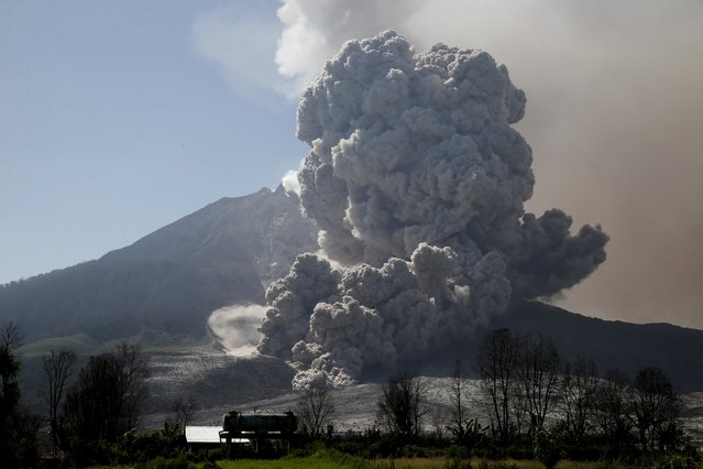 Ash spews from Mount Sinabung volcano during eruption as seen from Sibintun village in Karo Regency, North Sumatra province, Indonesia June 29, 2015.  More than 10,000 people from 12 villages, who are living around the slopes of Mount Sinabung, left their homes and moved to refugee camps, local media reported. (Photo by Reuters/Beawiharta)