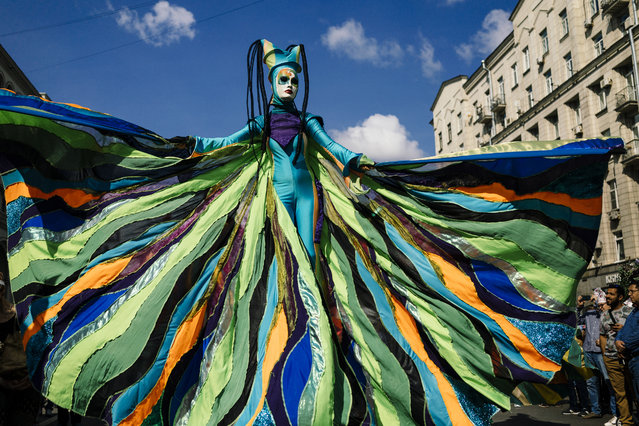 An artist performs on Tverskaya street during celebrations marking the 872nd anniversary of the city of Moscow on September 7, 2019, in Moscow. (Photo by Dimitar Dilkoff/AFP Photo)