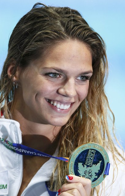 Russia's Yuliya Efimova poses with her gold medal after the women's 100m breaststroke final at the Aquatics World Championships in Kazan, Russia, August 4, 2015. (Photo by Hannibal Hanschke/Reuters)