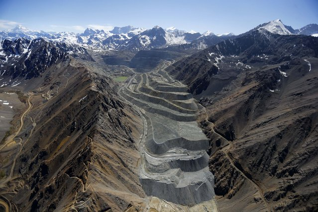 An aerial view of  Anglo American's Los Bronces copper mine with several  glaciers in the background at Los Andes Mountain range, near Santiago city, November 17, 2014. (Photo by Ivan Alvarado/Reuters)