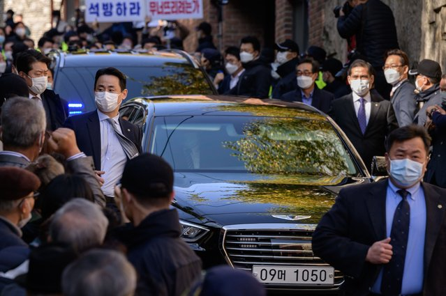 A car transporting South Korea's former president Lee Myung-bak leaves his residence for the Seoul Prosecutors' Office after the court upheld a 17-year term on corruption charges, in Seoul on November 2, 2020. (Photo by Ed Jones/AFP Photo)