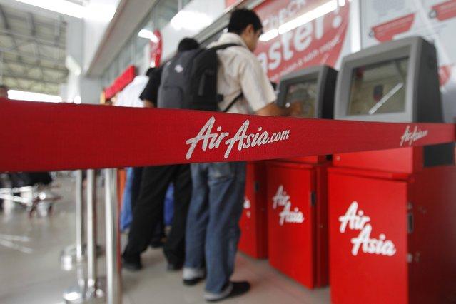 Passengers check in an AirAsia flight at Soekarno-Hatta International Airport in Jakarta December 28, 2014. No distress signal had been sent, said Joko Muryo Atmodjo, an Indonesian transport ministry official. (Photo by Pius Erlangga/Reuters)