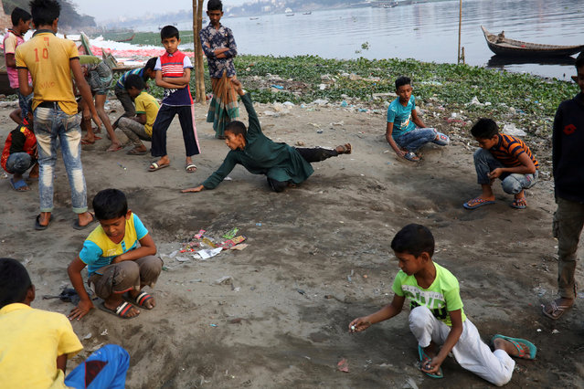 Children play with marbles on the bank of Buriganga river in Dhaka, Bangladesh, January 27, 2019. (Photo by Mohammad Ponir Hossain/Reuters)