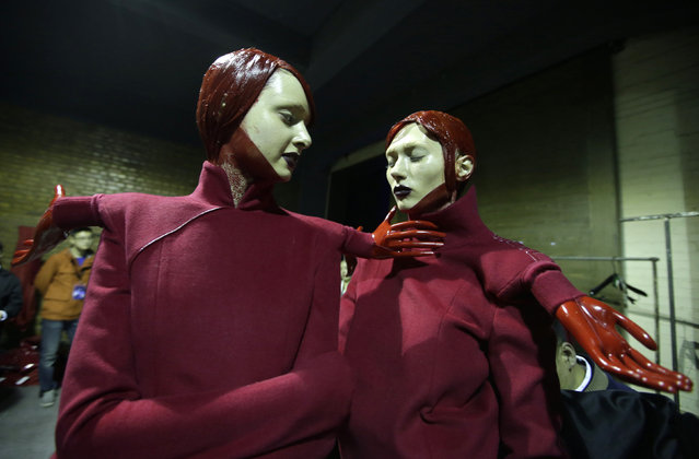 Models practise backstage before Sheguang Hu collection show by Chinese designer Hu Sheguang at China Fashion Week in Beijing, March 31, 2016. (Photo by Jason Lee/Reuters)