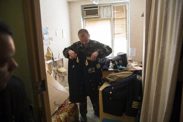 A Ukrainian servicemen packs his belongings before leaving the territory of the naval headquarters in Sevastopol, March 19, 2014. (Photo by Baz Ratner/Reuters)