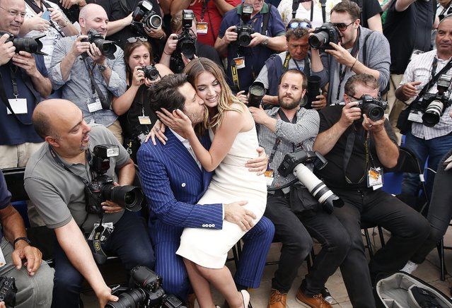 """Cuban actress Ana de Armas (center R) and Venezuelan actor Edgar Ramirez (center L) pose among photographers during the photocall for """"Hands of Stone"""" at the 69th annual Cannes Film Festival, in Cannes, France, 16 May 2016. The movie is presented out of competition at the festival which runs from 11 to 22 May. (Photo by Sebastien Nogier/EPA)"""