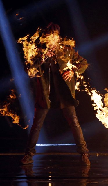 """The Weeknd performs """"Can't Feel My Face"""" at the 2015 MTV Video Music Awards in Los Angeles, California August 30, 2015. (Photo by Mario Anzuoni/Reuters)"""