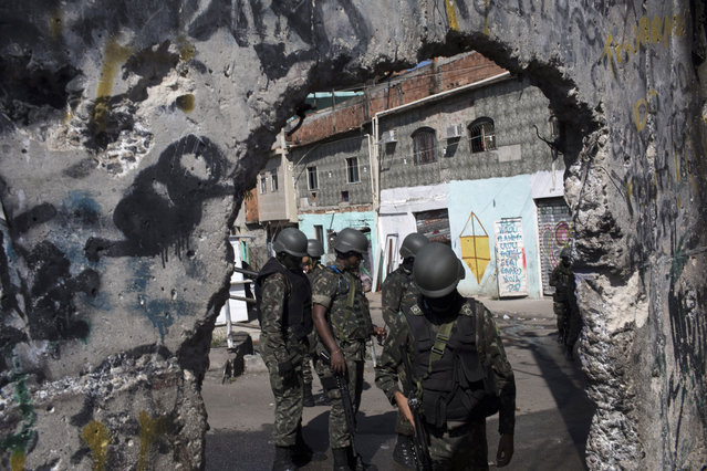 Soldiers take part in a surprise operation in the Jacarezinho slum in Rio de Janeiro, Brazil, Thursday, January 18, 2018. (Photo by Leo Correa/AP Photo)