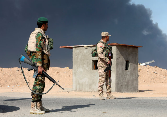 Iraqi army guard a checkpoint in Qayyara, Iraq, October 22, 2016. (Photo by Alaa Al-Marjani/Reuters)
