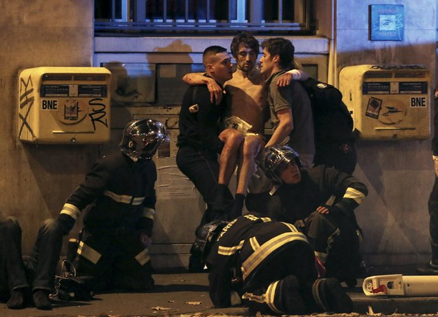 An injured man is carried out of the Bataclan following fatal shootings in Paris, France, November 13, 2015. Christian Hartmann: The weekend appeared calm. I had the evening off. Just before ten, the phone rang: in a grave voice my editor told me that a shooting had occurred at a cafe in eastern Paris and I should get there as quickly as possible. Around the same time, colleagues who were covering the France v Germany match heard explosions at the Stade de France. (Photo by Christian Hartmann/Reuters)
