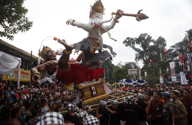 Indonesian artists perform during the people's party and Chinese Cap Go Meh festival on a street in Bogor, Indonesia, 05 March 2015. Chinese-Indonesians across the country celebrate Cap Go Meh on the 15th day in the first month of the Chinese lunar New Year.  EPA/ADI WEDA