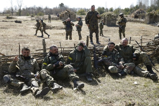 """Members of the Ukrainian Defence Ministry's assault battalion """"Aydar"""" have a rest during a military drill near Zhytomyr April 9, 2015. (Photo by Valentyn Ogirenko/Reuters)"""