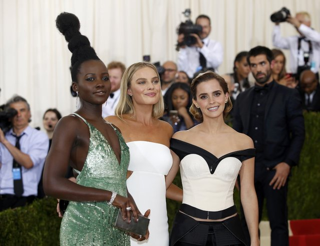 """Actresses Lupita Nyong'o (L), Margot Robbie (C), and Emma Watson arrive at the Metropolitan Museum of Art Costume Institute Gala (Met Gala) to celebrate the opening of """"Manus x Machina: Fashion in an Age of Technology"""" in the Manhattan borough of New York, May 2, 2016. (Photo by Eduardo Munoz/Reuters)"""