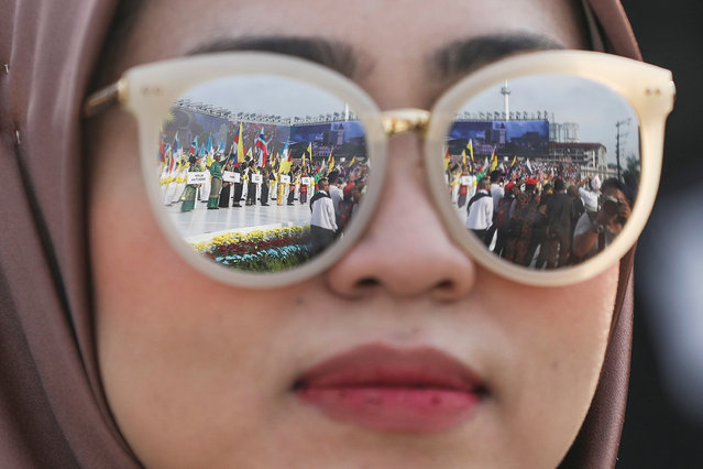 School children performing are reflected in the sunglasses of a woman during Independence Day celebrations in Kuala Lumpur, Malaysia, 31 August 2017. Malaysia, which gained its independence from British colonial rule in 1957, celebrates its 60th Independence Day, officially known as Hari Merdeka, on 31 August. (Photo by Fazry Ismail/EPA/EFE)
