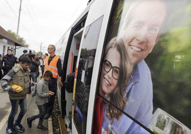 Migrants board a train at the railway station in Nickelsdorf, Austria September 5, 2015. (Photo by Srdjan Zivulovic/Reuters)