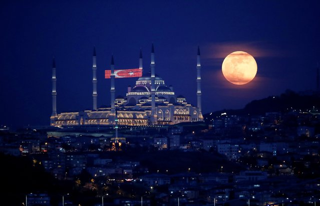 The full moon, also known as the Supermoon or Flower Moon, rises above the Camlica Mosque during the spread of the coronavirus disease (COVID-19), in Istanbul, Turkey, May 7, 2020. (Photo by Umit Bektas/Reuters)