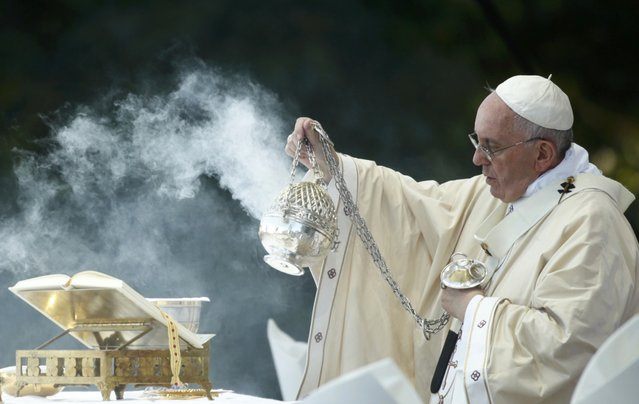Pope Francis dispenses incense while celebrating Mass at the National Shrine of the Immaculate Conception for the Canonization Mass for Friar Junipero Serra in Washington September 23, 2015. (Photo by Kevin Lamarque/Reuters)