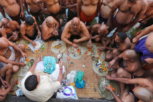Hindu devotees pray after taking a dip in a holy pond to honour the souls of their departed ancestors on the auspicious day of Mahalaya, which is also called Shraadh or Pitru Paksha, in Mumbai, India, September 30, 2016. (Photo by Shailesh Andrade/Reuters)