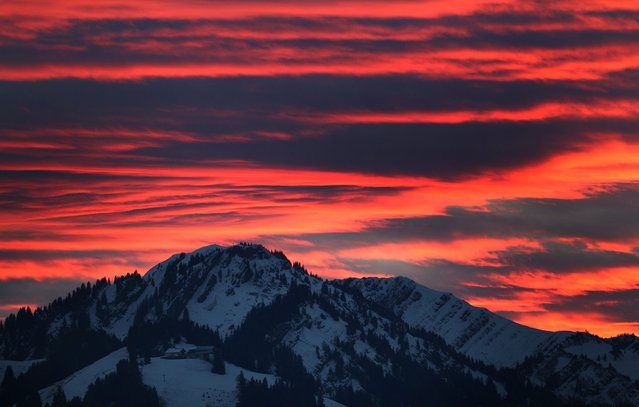 A colorful sky at sunset over the snowy mountains in Immenstadt, Bavaria, Germany, 20 November 2014. Cloudy weather is forecast in the region on 21 November. (Photo by Karl-Josef Hildenbrand/EPA)