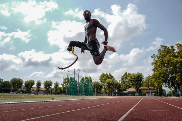 French athlete Jean Baptiste Alaise, who represented France at the 2016 Paralympic Games in Rio, wears his prosthesis during a training session in Antibes on August 24, 2020. (Photo by Valery Hache/AFP Photo)