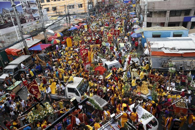 Devotees parade with replicas of the Black Nazarene two days before the annual procession of the Black Nazarene in Manila January 7, 2016. (Photo by Erik De Castro/Reuters)