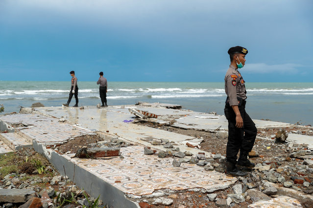 Police officers search for victims among rubble of a destroyed beach front hotel which was hit by a tsunami in Pandeglang, Banten province, Indonesia, December 24, 2018. (Photo by Jorge Silva/Reuters)
