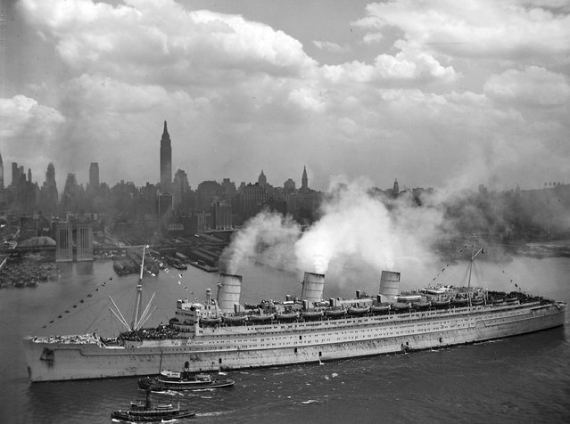 The British liner RMS Queen Mary arrives with thousands of U.S. troops from Europe, in New York harbour on June 20, 1945, in this handout photo provided by the U.S. Navy. (Photo by Reuters/United States National Archives and Records Administration)