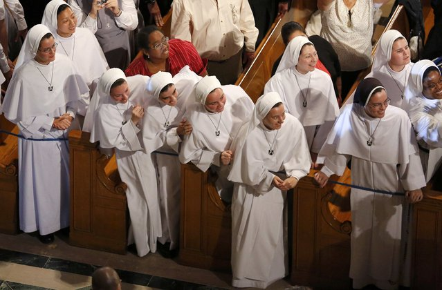 Nuns leans out to see Pope Francis as he greets and blesses seminarians, novices and religious guests inside the Basilica of the National Shrine of the Immaculate Conception in Washington September 23, 2015. (Photo by Jim Bourg/Reuters)